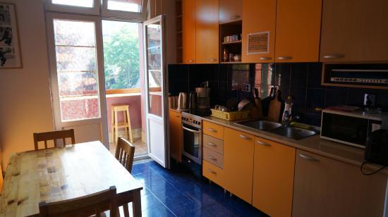 Double Door Hostel: Kitchen