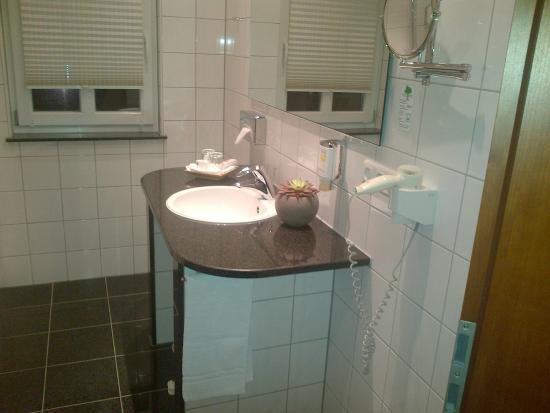 Seehotel Niedernberg - Das Dorf am See: Bathroom of room 59