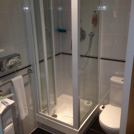 Comfort Inn Buckingham Palace Road: Shower
