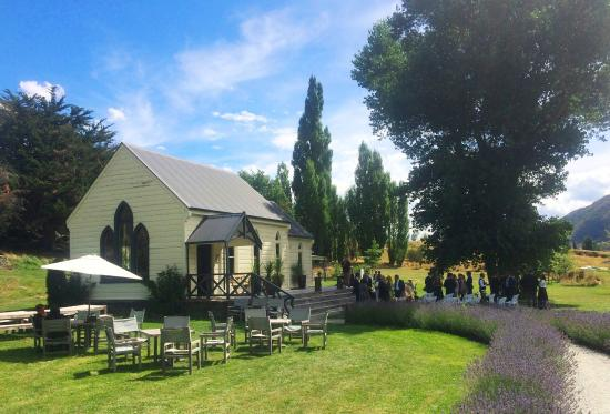 Queenstown Heritage Tours Wine & Culture Tour: Waitiri Winery set in a lovely meadow.