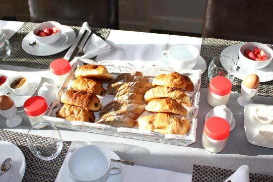 Breakfast picture of le patio chambres d 39 hotes la tour for Chambre d hote tours