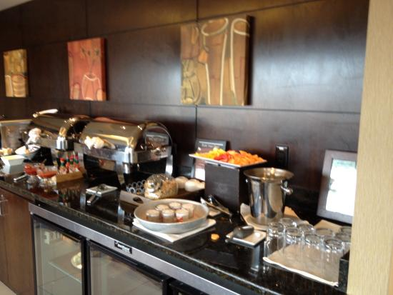 Hilton Minneapolis/Bloomington : Weekend breakfast in exec lounge