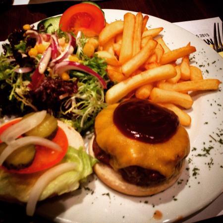 Fat Boys Sports Pub : BBQ cheddar burger