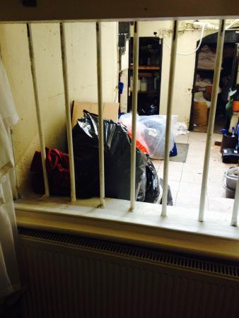 Reem Hotel: Rubbish outside window