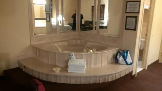 Super 8 by Wyndham Lamar: jacuzzi