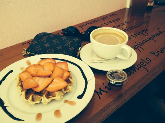 Dulcis Vita Bakery and Coffee Shop: Waffle and white mocha coffee