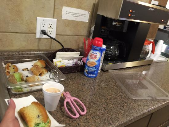 SeaTac Crest Motor Inn: You call this breakfast?  Sad start to morning😞