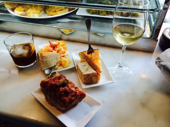 Pinchos de tortilla, huevos revueltos con bacon y pizza + vermut + vino blanco