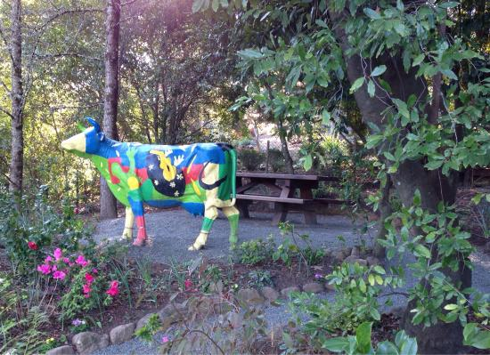 Rombauer Vineyards : Picnic table and sculpture