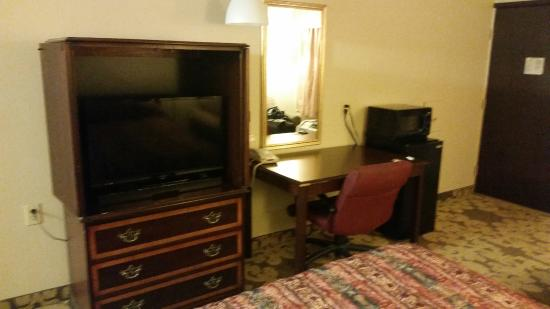 Knights Inn Detroit Area/Farmington Hills: Flatscreen, desk and fridge