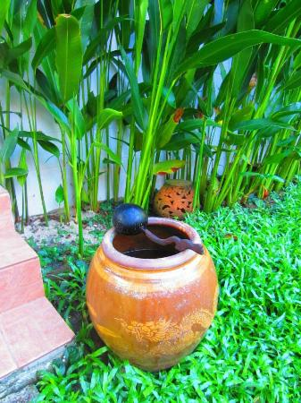 Baan Chaba Bungalows: jar of water for tired, sandy feet