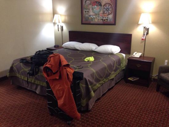 Super 8 Shawnee: Room overview