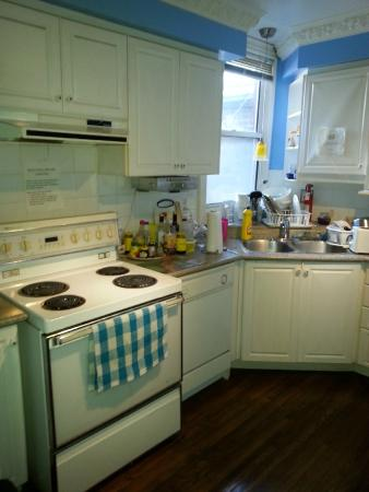 Comfy Guest House and Suite: Shared Kitchen