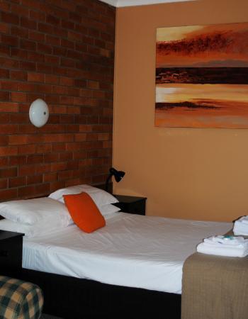 Hilldrop Motor Inn : Queen Room with Queen Bed