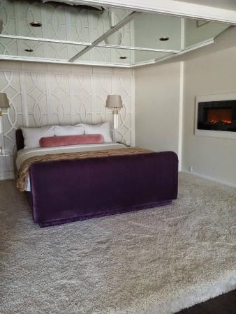 Ashland Hills Hotel & Suites: Um purple velvet bed with a mirrored ceiling...yeah ;)
