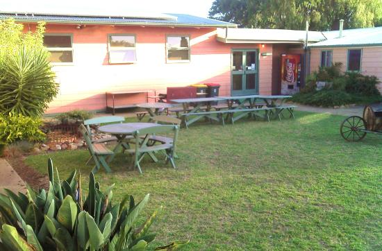 Parndana, Australia: Central COURTYARD area ... GAS BBQ, seating & fishpond