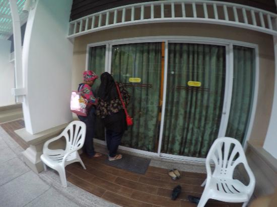 Al's Resort: Entering the room through the sliding door
