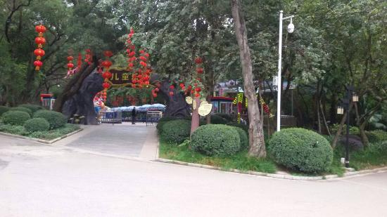 Dalongtan Scenic Resort: Entrance into the Park