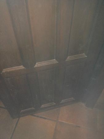 Alcazaba de Busquistar: dirty and dusty door