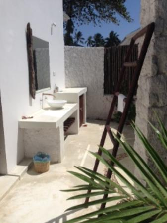 Outdoor bathroom photo de indigo beach zanzibar bwejuu for Bathroom traduction