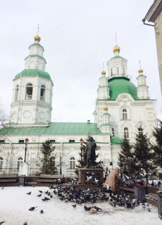 Intercession Cathedral: L église et la statue de Surikov
