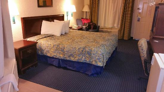 Days Inn & Suites by Wyndham Savannah Gateway/I-95 and 204: King sized bed, jetted spa tub to left, fridge, micro, TV to right. Comfy.