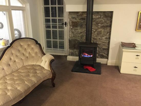 Monachyle Mhor: Comfy sofa and the toasty warm fire!