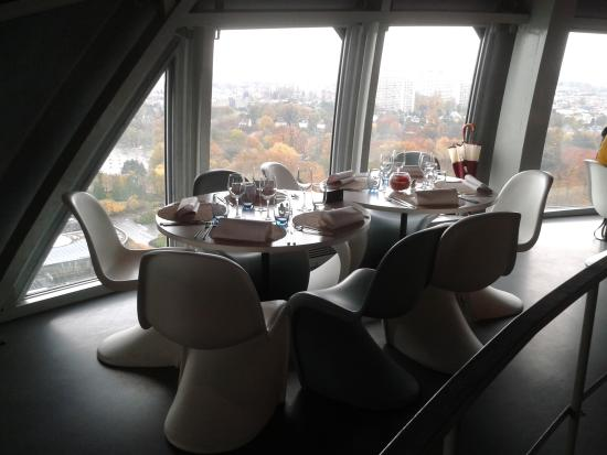 mobilier design foto van restaurant de l 39 atomium brussel tripadvisor. Black Bedroom Furniture Sets. Home Design Ideas