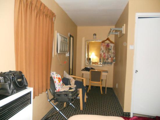 Napa Discovery Inn: Desk cubby closet area of room