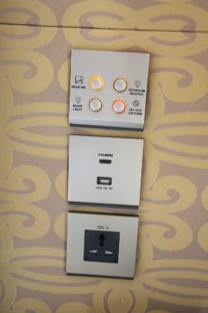 Sheraton Grande Sukhumvit, A Luxury Collection Hotel: Luxury Suite bedroom multi-system wall socket and USB port