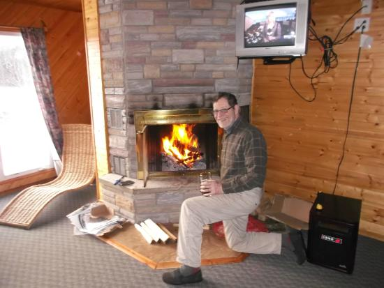 Ahmic Lake Resort: Great cottage with a nice fireplace
