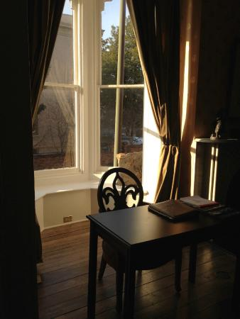 Linden Row Inn : Sitting Area in Room