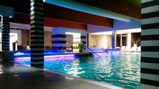 Piscina interna con luci che cambiano colore la sera foto di hotel mioni pezzato abano terme - Hotel mioni pezzato ingresso piscina ...