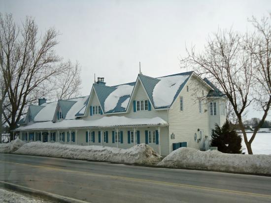 Auberge Handfield Et Spa: Pavillon principal situé face à l'Auberge Handfield