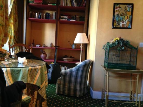 Relais Medicis : Spacious room with books available for guests