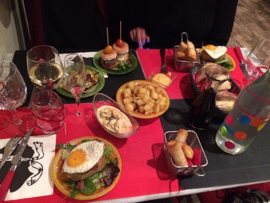 Pace e Salute : Un repas copieux emprunt de partage et de convivialité et toujours accompagné d'un bon vin! Gros