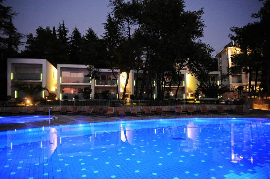 Marita Hotel: Outdoor pool by night