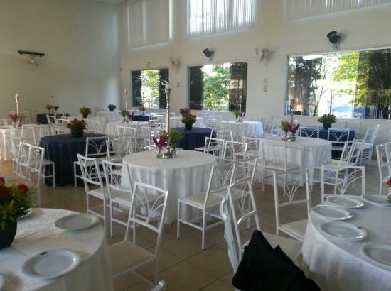 Buffet Macal: Mesas decoradas.