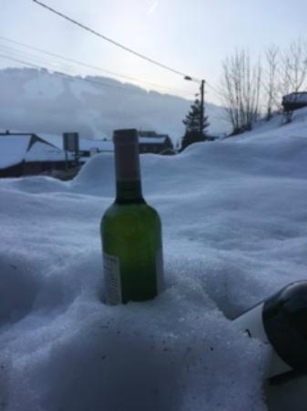 Mountain Mavericks Chalet Le Prele: Wine chilling outside