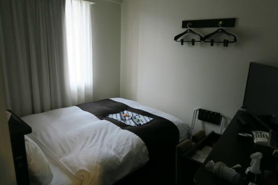 Apa Hotel Nagasaki Ekimae: A tiny room meant for 2 person
