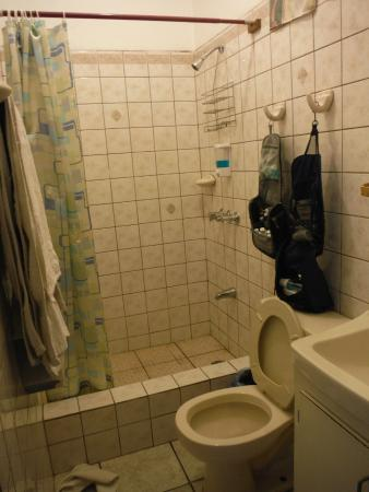 Casa Blanca Guest House: basic bathroom