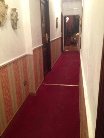 Residenza Frattina: Corredor do primeiro piso - restaurante ao fundo