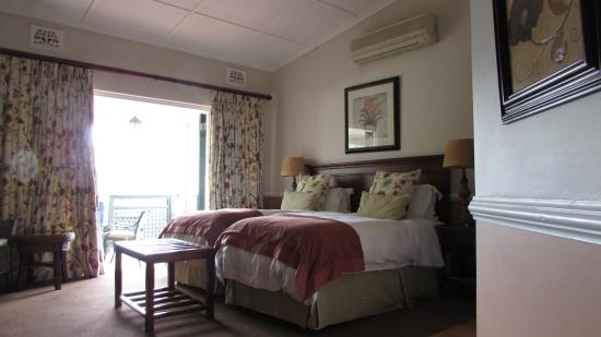 Chelsea Villa Guest House: Spacious bedroom and large shared balcony