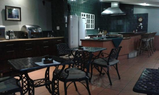 Chelsea Villa Guest House: Small section of the great outdoor breakfast area