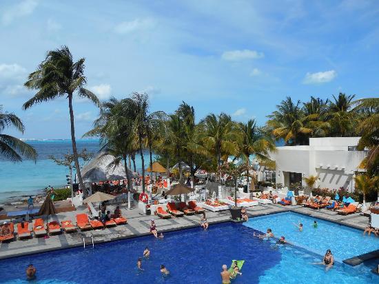 Dreams Sands Cancun Resort & Spa: pool area