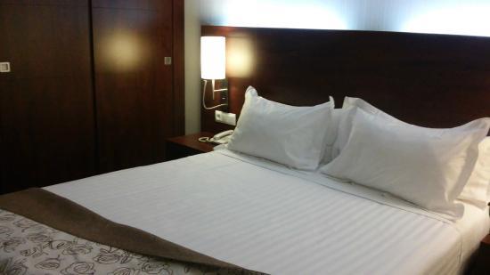 Hotel Gran Ultonia Girona: Cama y detalles de la habitación