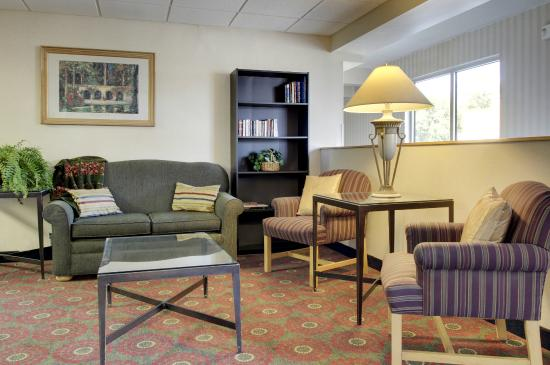 Days Inn Cedar Falls- University Plaza: Lobby Seating Days Inn