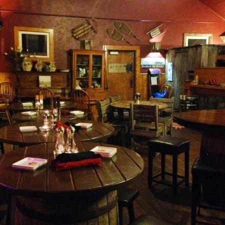 Stella's Mountain Inn: The atmosphere in the dining area was rustic and warm.