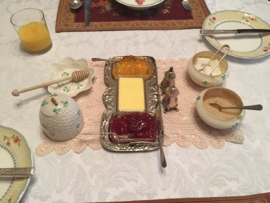 Briardale Bed & Breakfast : Very sweet table setting.