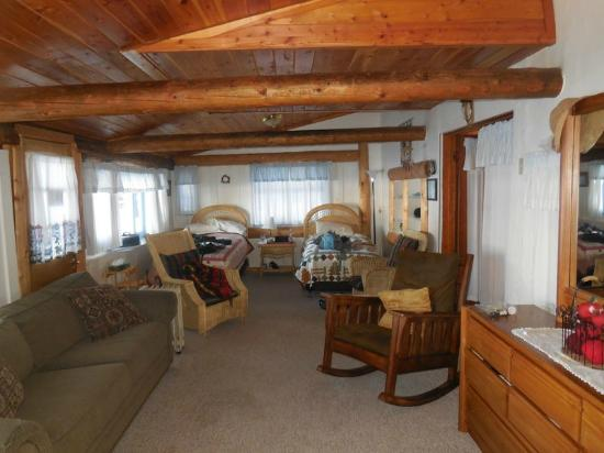Tamaracks Resort: Sitting room with 2 beds off the kitchen